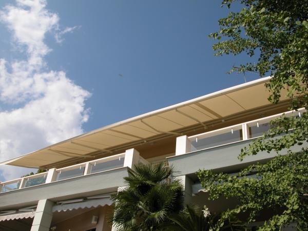 STEIN, la classica barra quadra reinventata. Giuntata può arrivare fino a 14 m. / STEIN, the classic square bar awning, reinvented. Coupled it can reach up to 14 m width
