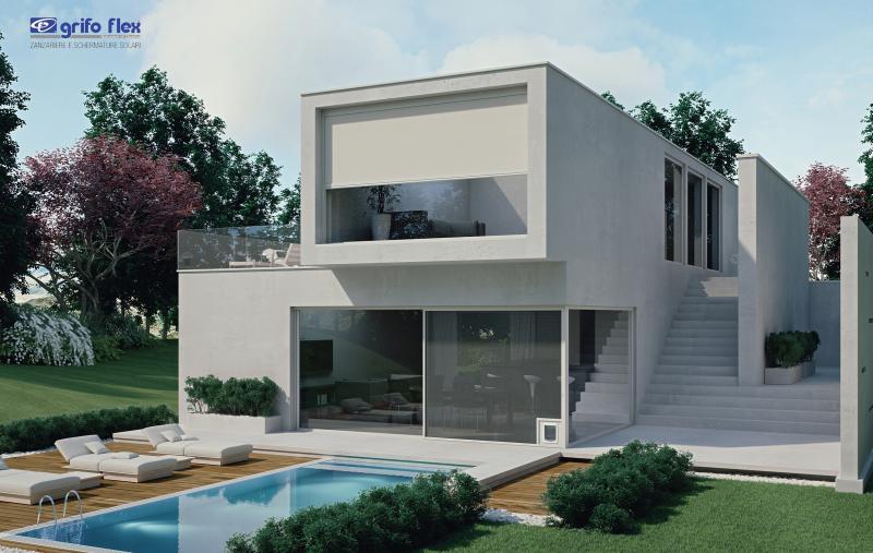 Vista di una villa con montate in alto una schermatura solare, modello Grifo FIT e sotto una zanzariera scorrevole modello FAST