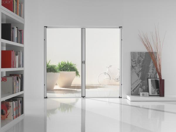 VALERIA - Zanzariera a doppio cassonetto a scorrimento laterale con chiusura a cricchetto centrata o decentrata (a richiesta) con avvolgimento a molla, adatta per porte/finestre di grandi dimensioni.