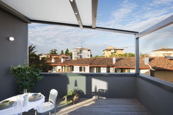 Pergola XTESA: pergola innovativa con tessuto ad arrotolamento, si adatta ad essere installata anche in ambienti architettonici estremi.