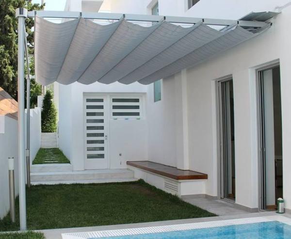 LEAF FALL, 2 colonne e attacco parete. Questo modello nella versione rinforzata protegge anche dalla pioggia. / LEAF FALL, 2 columns and wall fixing. This model is also available in the reinforced version for rain protection.