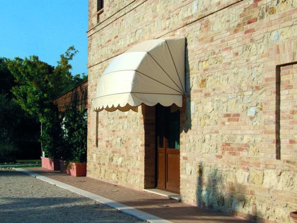 Semitondo - Un altro classico della protezione con grandissima varietà della forma e dei tessuti. / Semitondo - Another classic canopy with a great variety of shapes and fabrics