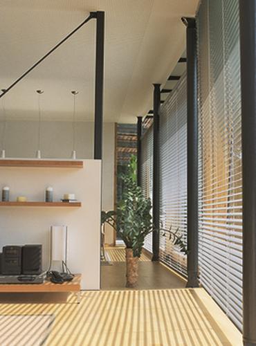 VENEZIANE PER INTERNI IF 50-60-80 di HELLA. Design decorativo per un ambiente armonico. Tengono lontani sguardi indiscreti e guidano la luce solare in modo del tutto personalizzabile generando confort.