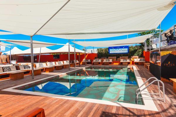 Vela KHEOPE: vela ombreggiante di ampie dimensioni, è la soluzione ideale per offrire eleganza e comfort sia in ambienti domestici, che in spazi pubblici e contract (hotel, bar, piscine, marine).