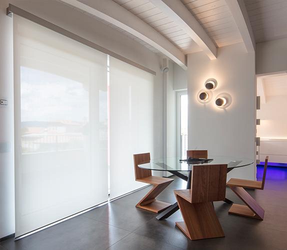 QMotion è la moderna tenda decorativa per interni che si installa senza cavi elettrici e senza opere edili.