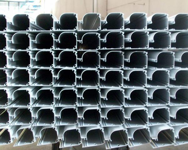 I cassonetti di alluminio, già verniciati, in attesa di essere assemblati con la rete su rullo