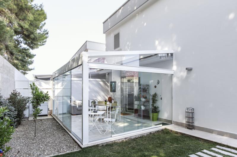 MED QUADRA. Pergola in alluminio con tetto in PVC impacchettabile con vetrate scorrevoli