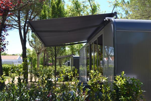Tenda su barra quadra SVET: grazie alle sue linee squadrate si adatta anche ai moderni caravan. / Square bar awning SVET. Thanks to its squared lines, it matches with modern mobile homes too.