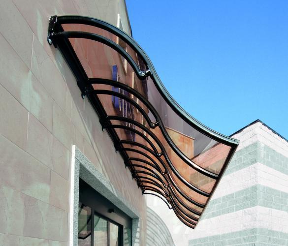 Onda: pensilina con struttura in alluminio e copertura garantita 10 anni in policarbonato. Elevati standard di resistenza a vento e neve (DM 14.1.08).