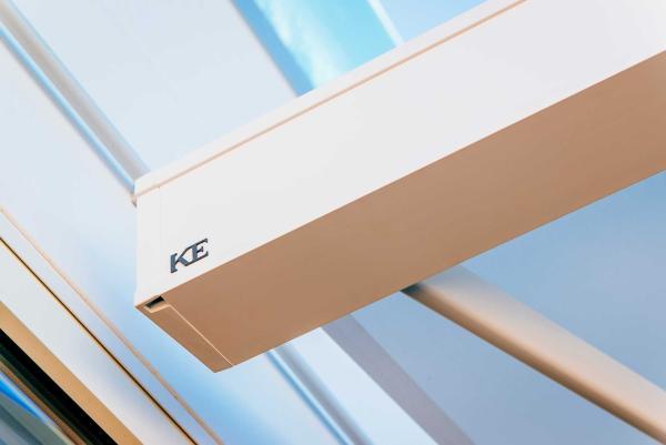 Tenda a cassonetto QUBICA Light: caratterizzata da essenzialità e purezza delle linee, può essere installata a parete o a soffitto, garantendo massima escursione di inclinazione. Disponibile in 16 combinazioni di colore.