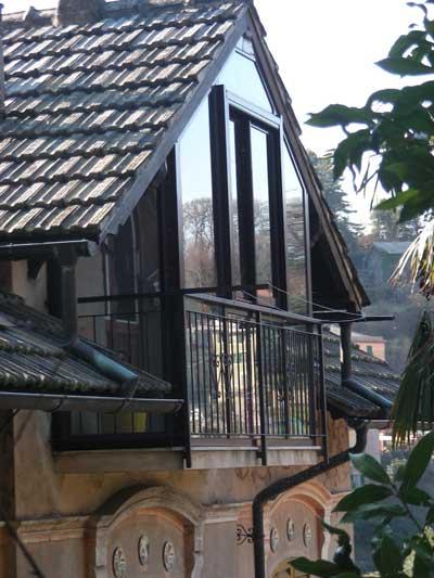 Costruzione di copertura a veranda in caratteristico contesto residenziale privato