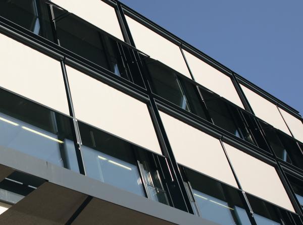 TENDE DA SOLE PER FACCIATE di HELLA: Gli ombreggianti per facciate diventano un'architettura tessile, aggiungono stile e creano benessere.