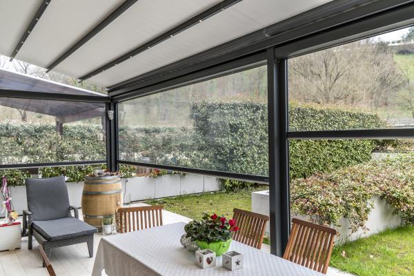 PERGOTESA R128. Naturale estensione della casa per trascorrere piacevoli giornate anche nella fredda stagione - dimensioni massime  600x600 cm.