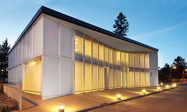 Un dialogo architettonico tra schermatura e luce.