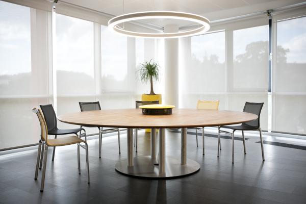 TENDA A RULLO PER INTERNI di HELLA. Le tende a rullo per interni HELLA sono elementi di puro design, funzionali, flessibili, dalla moderna architettura e dal forte contenuto estetico.
