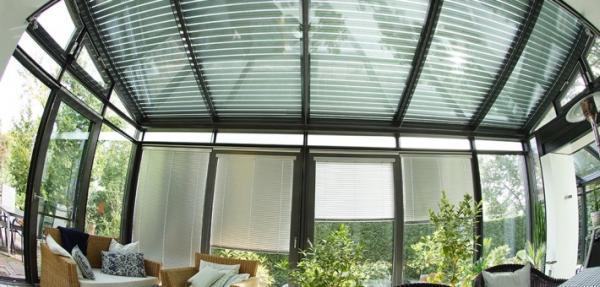 WigaStar: un moderno sistema di ombreggiatura per un'efficace protezione dalla luce e dal calore nel giardino d'inverno.