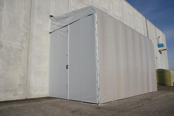 Box Zoppo è una copertura mobile con il tetto spiovente, appoggiata su un lato ad una parete in muratura. La struttura può essere facilmente aperta e chiusa e può essere utilizzato per esempio come un piccolo magazzino.