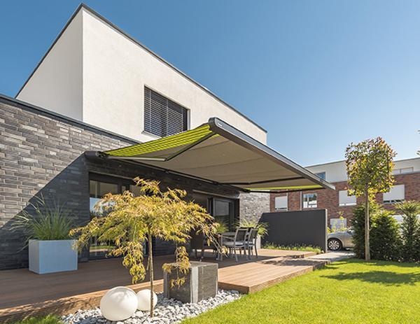 La tenda da sole per terrazze MX-1 di markilux in perfetta armonia con la moderna architettura purista.