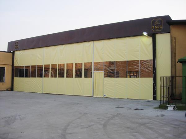 La Parete Mobile è il prodotto studiato per dividere gli spazi all'interno di un capannone o di qualsiasi altro edificio. E' una grossa porta a soffietto.