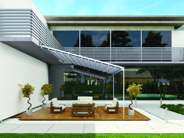 ZEN RAIN - Con la sua struttura in alluminio infonde luminosità e benessere. Le guide laterali inclinate consentono lo scivolamento del tessuto e lo scolo dell'acqua.