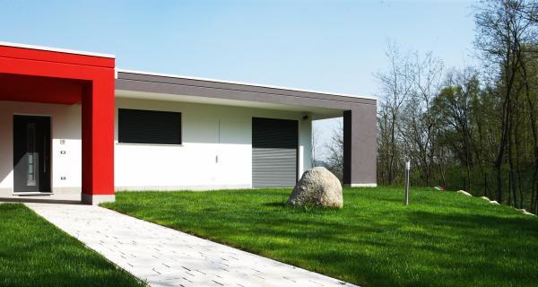 Avvolgibili integrati nel muro, senza cassone: PURO con avvolgibile e frangisole è in sintonia con l'architettura e la protezione solare.