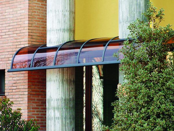 Curva: pensilina con struttura in alluminio e copertura garantita 10 anni in policarbonato. Elevati standard di resistenza a vento e neve (DM 14.1.08).