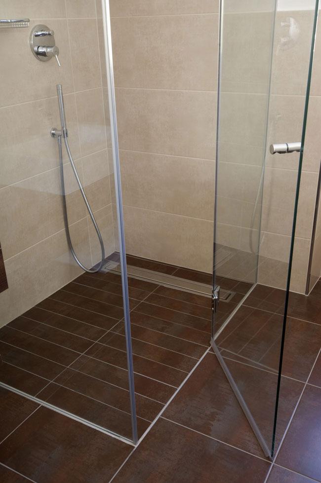 Bagno con doccia a pavimento design casa creativa e - Piastrelle pavimento bagno ...