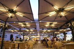Gli ombrelloni Alu poker e Alu double di Scolaro per il Caffè Cordina a La Valletta